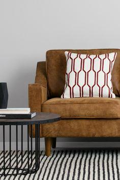 Kaden Kissen 45 x 45 cm in Rot und Weiß. Ein traditionelles Stickmuster, in modernen Farben: Die Kaden Kissen sind von Designs der 1960er inspiriert.
