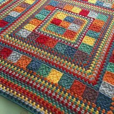 Random Rainbow Blanket by Janette of Handmade In Marbella. General tutorial for constructing, assuming you already know how to make granny squares & rows.Random Rainbow Blanket (no pattern, just Modern Granny Square Crochet Baby Blanket Patter Crochet Quilt, Crochet Stitch, Crochet Home, Crochet Motif, Crochet Crafts, Crochet Doilies, Granny Square Crochet Pattern, Crochet Squares, Crochet Granny