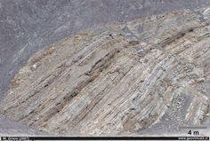 Caliza y estrtaificación en Atacama, Chile. En terreno la caliza muestra siempre una llamativa estratificación. Aquí una caliza cretácica.