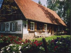 Zabytkowa Chata Mazurska - Dom całoroczny - Trygort k. Exterior Design, Interior And Exterior, Old Country Houses, Rural House, Clay Houses, Log Homes, Traditional House, Beautiful Homes, Building A House