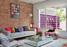 Uma parede de tijolos com a decoração a favor, pode deixar o ambiente mais jovem. Janelas grandes também contribuem na decoração.