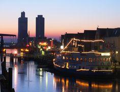 """Abendstimmung am Husumer Hafen, im Hintergrund die Getreidesilos am Außenhafen... Husums """"Skyline"""" (c) TSMH #Nordsee"""