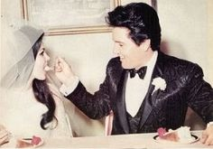 Photo Memories of Elvis Aaron Presley (January 1935 - August - Online Memorial Website Elvis Presley Biography, King Elvis Presley, Elvis Presley Family, Elvis And Priscilla, Priscilla Presley, Elvis Wedding, Wedding Pics, Wedding Shit, Wedding Cake