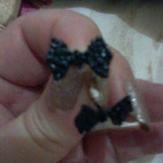 Brincos laços pretos.