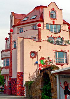 House in the style of Hundertwasser, Dortmund Aplerbeck, Germany | Photo by Polybert49 on Flickr | Permission: CC BY-ND 2.0 https://creativecommons.org/licenses/by-nd/2.0/deed.de