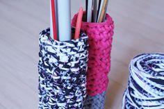 Voici les étapes à suivre pour crocheter un range-aiguilles à tricoter avec des bobines de trapilho. DIY facile et gratuit en ligne Cotton Cord, Crochet Diy, Textiles, Couture, Bracelets, Voici, Jewelry, Fashion, Strands