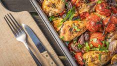 Pečené kuře, to je stálice snad každé hospodyňky. Jde totiž dělat vdesítkách obměn! My jsme se tentokrát nechali inspirovat vŘecku apřidali zeleninu, černé olivy acitron. Zachutná to ivám? Tzatziki, Paella, Chicken, Meat, Ethnic Recipes, Red Peppers, Cubs