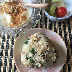 2016/11/23 15:56:17 kirarin0115 #朝ごはん 今日の糖質。 *玄米のオイルおにぎり(梅とひじきの鶏つくねをほぐしたもの、刻みパセリ、チーズ、胡麻油) *ヨーグルト(きな粉、ナッツ、ラカントs) *セロリの浅漬け . 昨日は、本当に優しい言葉をくれた方々、ありがとうございます😭✨ テレビで、お肉は消化に3〜4時間かかるので、便秘になりやすい言ってました。なので、今日は先にヨーグルトを食べて、玄米のオイルおにぎりは最後によく噛んで食べました😊 便秘は、ヨーグルト効果か、少しずつよくなっています。 . 今日のオイルおにぎりは、昨日の鶏つくねの残りを細く刻んで混ぜてみました。 . 今日は、休みで友達とドライブ。 お昼はラーメンになり、久しぶりにラーメン食べました😊 . 友達と食事するときは、気にせず楽しく楽しもうと決めています。 . 明日からまた頑張ります😊 . #糖質オフ #糖質制限 #朝食 #玄米 #おにぎり #おむすび #ごはん #おうちごはん #低糖質 #自炊 #料理 #オイルおにぎり #ローカーボ #健康 #ヘルシー #ヘルシーメニュー…