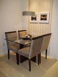 Mesa e cadeiras lindas. Estilo de Faixa de papel de parede bem legal tb