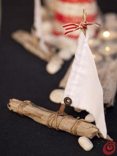 La barca a vela che andrà a decorare la nostra tavola apparecchiata in stile marinaro. La decorazione fai da te per l'estate.