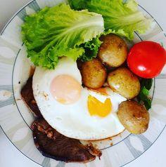 """Hoje teve treino então tivemos... batatas!  Não são muito low carb (apesar de que 200g de batatas não terem nem 50g de carboidratos liquidos) mesmo assim eu adoro e acompanharam muito bem o restante do almoço: bofe de coxão mole 3 ovos fritos e salada com alface e tomate.  De todo modo batatas são um tipo de amido """"seguro"""" isto é - livres do gluten e das propriedades inflamatorias que outras fontes de carboidrato (como o trigo por exemplo) apresentam. ------ Batatas são comida de verdade?…"""