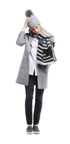 Damen Outfit Highlight Accessoires von OPUS Fashion: graue Mütze, grauer Schal, weiße Bluse, grauer Mantel, graue Hose