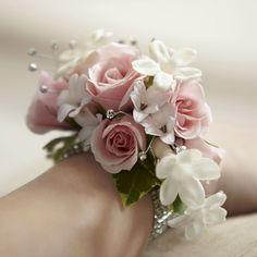 Per tutte quelle donne che per il giorno del loro matrimonio preferiscono dei toni pastello e delicati   Pretty pink and white corsage with silver décor.