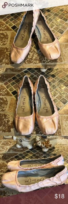 Toms one for one size 7W Cute toms. Good condition ‼️ Toms Shoes Flats & Loafers