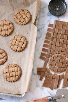 gingerbread lattice cookies - weave the dough! - gingerbread lattice cookies – weave the dough! gingerbread lattice cookies – weave the dough! Baking Recipes, Cookie Recipes, Dessert Recipes, Easy Recipes, Dessert Food, Baking Tips, Kids Baking, Baking Ideas, Cupcake Recipes