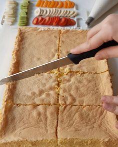 Hayırlı geceler ☺ Çok kolay bir pasta tarifim var 😃 Bu şekilde fırın tepsisinde pişirip kekin arasını kesmeye gerek kalmadan direk üzerine krema ve meyveleri dizip porsiyonluk çok tatlı pastalar hazırlayabilirsiniz 😌 Bakın çikolata kullanmadım 😀 Bunu sık sık yapamam 😅 Bu da burda bir örnek olarak du... Recipe Mix, Turkish Delight, Turkish Recipes, Soup And Salad, No Cook Meals, Tart, Bakery, Deserts, Food And Drink