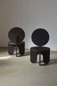 Sculptural chair - A pair of solid Wengue lounge chairs, thick The first production out of the series 'Capsules' Only two