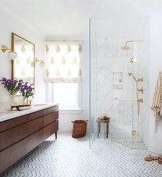 "Polubienia: 1,235, komentarze: 11 – S T I L T J E (@stiltje.se) na Instagramie: ""Beautiful bathroom with fishbone tiles on the floor . I like the wood and brass to the Carrara…"""