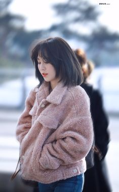 Best Hairstyles for Fine Thin Hair for 2019 - Knitters Seulgi, Velvet Fashion, Pink Fashion, Wendy Red Velvet, Coral, Irene, Kpop Fashion, Airport Fashion, Pink Jacket