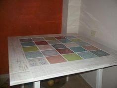 Mesa decapada en color blanco y azulejos antiguos.