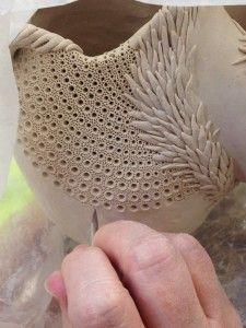 Coil Pots - Clay Handbuilding Lessons love the texture Mehr Ceramic Decor, Ceramic Clay, Ceramic Pottery, Pottery Art, Porcelain Clay, Cold Porcelain, Slab Pottery, White Porcelain, Ceramic Techniques