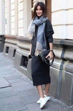Look de moda: Jersey Oversized Gris Oscuro, Falda a Media Pierna Gris Oscuro, Zapatillas Bajas Blancas y Negras, Bolso Bandolera de Cuero Acolchado Negro