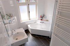 Kleine badkamer met hoekbad