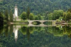 Ljubljanica, a capital eslovena, é uma das cidades mais bonitas do Leste Europeu. Encravada num vale alpino e cortada por dois braços do rio Ljubljanica, incentiva passeios a pé. As ruas de paralelepípedo estão cheias de bicicletas e estudantes.  Fotografia: Rosino no Flickr.  https://viagem.catracalivre.com.br/brasil/mundo-viagem/indicacao/o-melhor-do-leste-europeu-em-10-cidades/