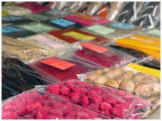 Sansibar ist kein typisches Schnäppchen-Einkaufsparadies wie andere tropische Reiseziele. Es gibt zwar vieles zu kaufen, aber das wenigste stammt aus Tansania oder Sansibar. Hier finden Sie Tipps, was Made in Zanzibar sein könnte (und somit direkt die lokale Wirtschaft stärkt). Für mich persönlich haben in Sansibar oder Tansania erzeugte Produkte immer Vorrang, weil das Geld in