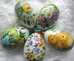 Velikonoční vejce - motiv květin Umělohmotné vajíčko ozdobené ruční malbou s motivem květin. Malováno akrylovými barvami, přelakováno lakem, ozdobené barvenou šňůrkou. Vhodné jako stylová velikonoční dekorace. Každý kus je originál, proto se motivy květinek u jednotlivých vajíček mohou mírně odlišovat. Rozměry: cca 8,5cm Cena je uvedená za 1ks.