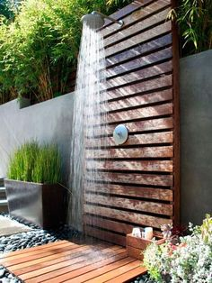 47 Awesome outdoor bathrooms leaving you feeling refreshed An outdoor bathroom can be a great addition to your backyard, whether you use after swimming in the pool, working in your garden or just to enjoy nature. Diy Pallet Projects, Outdoor Projects, Outdoor Decor, Pallet Ideas, Outdoor Pallet, Outdoor Spaces, Outdoor Bars, Pallet Benches, Pallet Couch