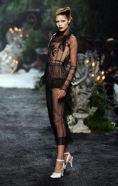 Doutzen Kroes au défilé Christian Dior haute couture automne-hiver 2005-2006http://www.vogue.fr/mode/cover-girls/diaporama/le-top-doutzen-kroes-en-50-looks/7495#47