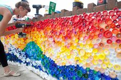 Recycling leuchtende farben Plastikflaschen landschaft wandinstallation