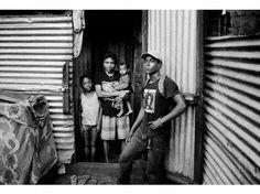 Abdallah (à droite), d'origine comorienne, s'est retrouvé seul à Mayotte après l'expulsion de sa mère, en situation irrégulière. Il fait partie des 3.000 mineurs isolés recensés sur le territoire. Il a été pris en charge, avec Don (à gauche), 8 ans, et Nasrine (image suivante), par une proche de sa famille, Echati, mère de Moichoura, 1 an.