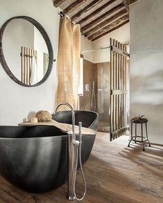 Großer runder Badspiegel als Hingucker über freistehender Badewannne // Spiegel21