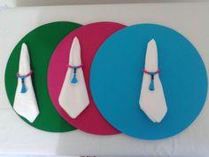 Sousplat, ou suporte de prato, feito em MDF, com 34cm de diâmetro, capa em tecido removível em pink, azul turquesa e verde bandeira. <br>Acompanha porta-guardanapo. <br>Ideal para quem gosta de receber amigos e familiares de forma sofisticada. <br>A capa pode ser vendida separadamente, desde que o sousplat a ser usados seja liso e com 33 a 35cm de diâmetro. <br>Pedido mínimo 2 peças. <br>Você pode escolher a cor de sua preferência, mas antes deve consultar a disponibilidade de estampas e…