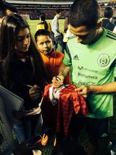 Javier Hernández El Chicharito firmando el jersey 2012-2013 de Manchester United
