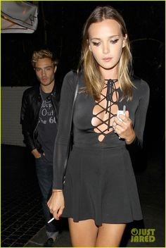 ed westwick chateau date model julia gall 02 Ed Westwick waits around valet for his car at Chateau Marmont in Los Angeles on Monday night (July 13).    The 28-year-old British actor grabbed a bite to eat at…