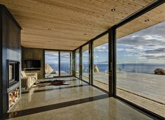 Polished concrete floor livin room with floor to ceiling windows Malbaie VI Maree Basse by MU Architecture - Home Decorating Trends - Homedit Open Ceiling, Floor To Ceiling Windows, Interior Architecture, Interior And Exterior, Room Interior, Interior Design, Malbaie, Plafond Design, Metal Homes