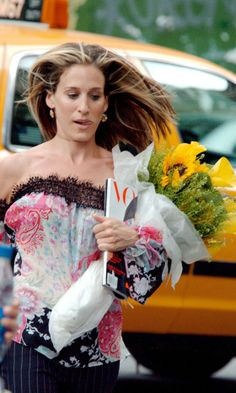 "SARAH JESSICA PARKER AS CARRIE BRADSHAW / I LOVE EVERYTHING ABOUT THIS PIC  (THE FRESH FLOWER'S / HER DRESS / THE  ""VOGUE""  MAGAZINE & THE CUTE EXPRESSION ON HER FACE)"