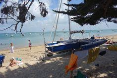 Een uitleg over zonkracht op de site van Zonnestudio Rietlanden. De foto is een catamaran op het strand van Noirmoutier, Frankrijk. Op dit eiland kan de zonkracht hoog zijn.