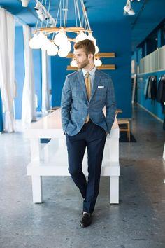 ¡Atrévete a usar combinaciones de pantalón y blazer con corbata! Es más relajado sin perder la formalidad.