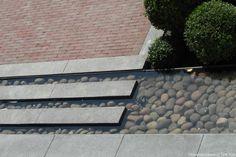 grote-tegels-combineren-met-klinkers-modern-strakke-lijnen-ronde-keien-in-water-stenen-in-vijver-ondiep-moderne-tuin-tuinontwerper-tim-kok-hoveniersbedrijf-rotterdam Tuin in aanleg Rhoon, afronding najaar 2014