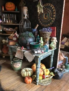 Halloween Miniatures, Halloween Doll, Halloween House, Fall Halloween, Halloween Crafts, Halloween Decorations, Haunted Dollhouse, Haunted Dolls, Dollhouse Miniatures