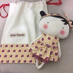 Boneca Tilda Toy com bolsinha personalizada com nome da criança bordado! Medida Boneca: 25cm altura Medida Sacolinha: 30cm altura