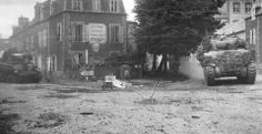 Coutances. Un char Sherman arrivant de la route de Saint-Lô (à gauche, un char Stuart détruit par une mine), 30 juillet 1944