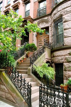 NYC brownstone. I know I wouldn't really like to live in New York... But part of me still wants to. Look how cute this brownstone is!