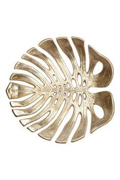 Taça de metal grande: Taça grande em metal com forma de folha. Medidas: 25x26 cm.