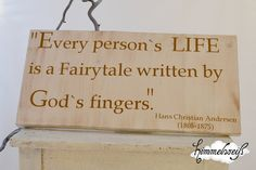 "Shabby- weißes Holzschild mit braunem Tattoo ""Every person`s Life is a fairytale written by God`s fingers."" von Hans Christian Andersen."
