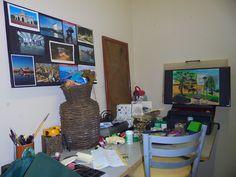 mesa bagunçada, sinal de coisinhas sendo criadas.